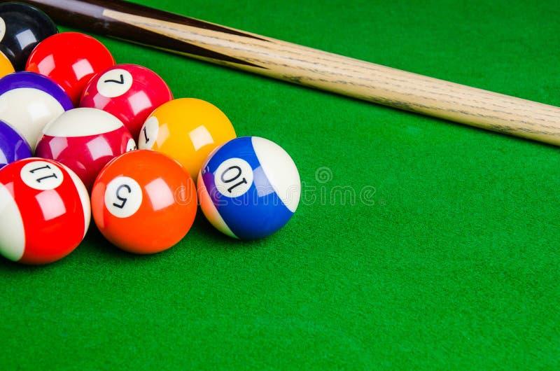 Bilardowe piłki na zielonym stole z bilardową wskazówką, snooker, basen zdjęcia royalty free