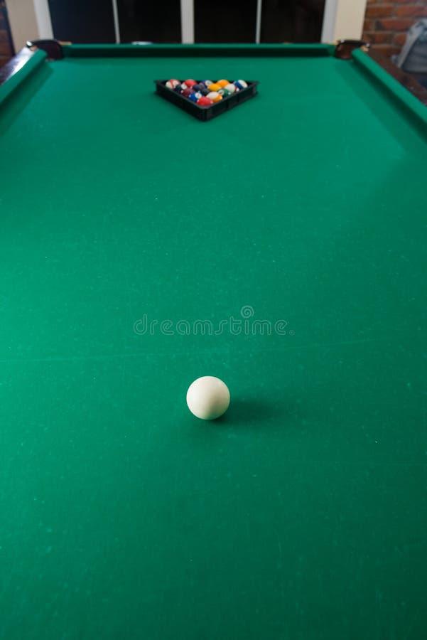 Bilardowe piłki na zielonym stole z bilardową wskazówką, snooker, basen g zdjęcie stock