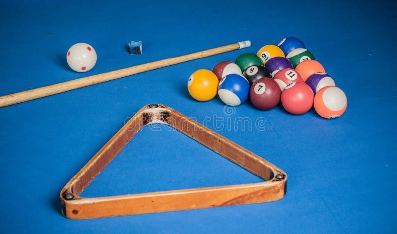Bilardowe piłki, wskazówka i kreda na błękitnym basenu stole, obrazy royalty free