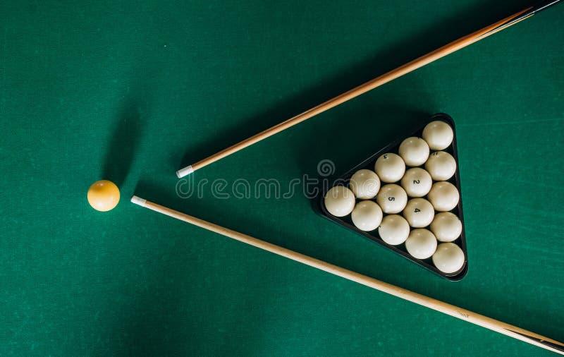 bilardowego stołu zieleni aksamita dwa wskazówki piłki obraz stock