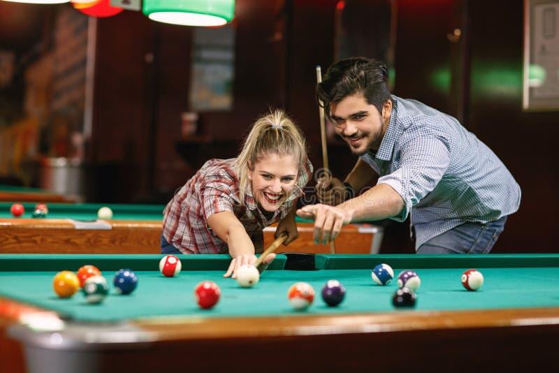 Bilardowej uśmiechniętej pary basenu mknąca piłka obrazy stock