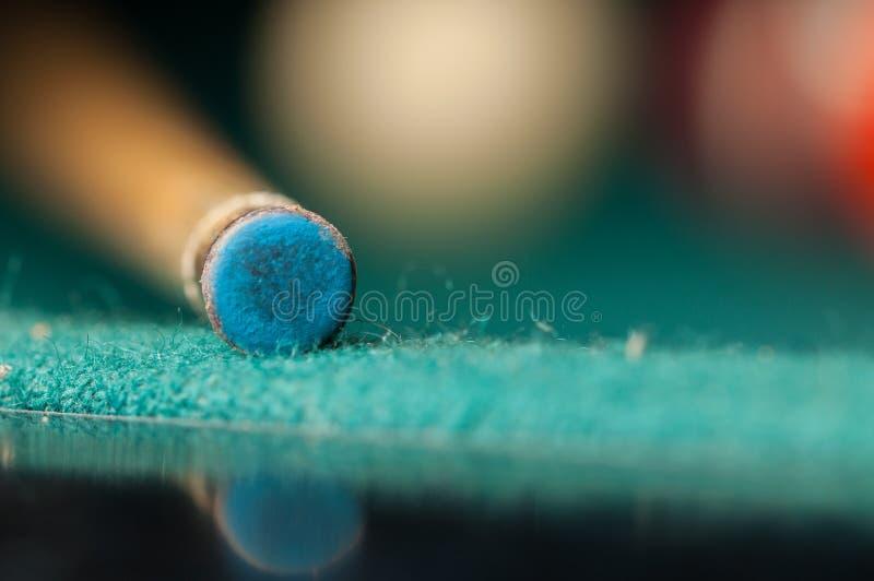 Bilardowy kij na zielonym stole bilardowy kij odizolowywający na zielonym tle obrazy royalty free