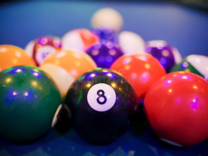 Bilardowy snookeru czerni piłki liczby 8 ostrosłup zamknięty w górę obrazy stock