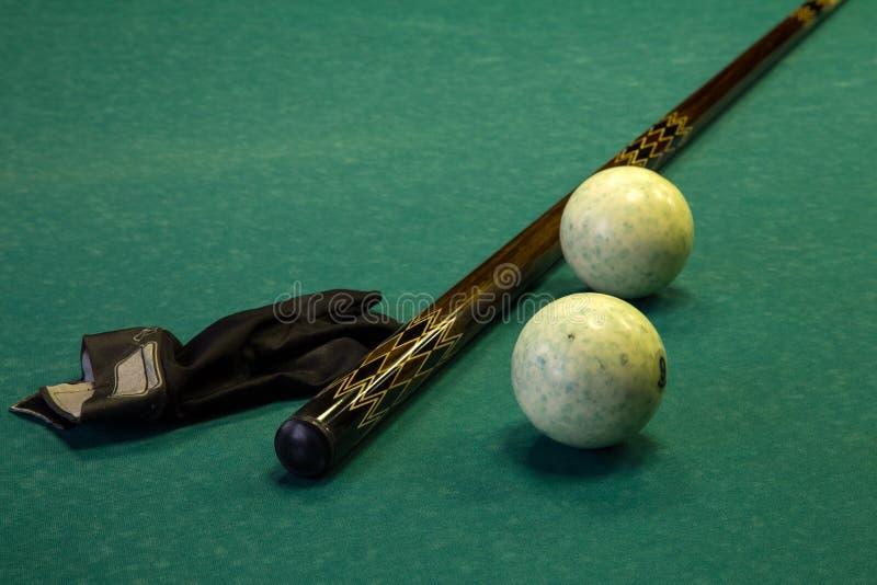 Bilardowy stół, piłki, wskazówka i rękawiczka, fotografia royalty free