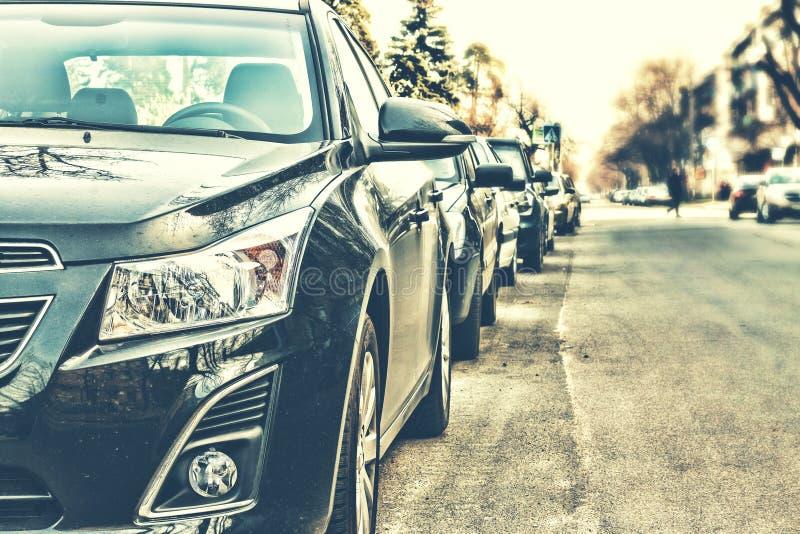 Bilarna var på gatan arkivfoton