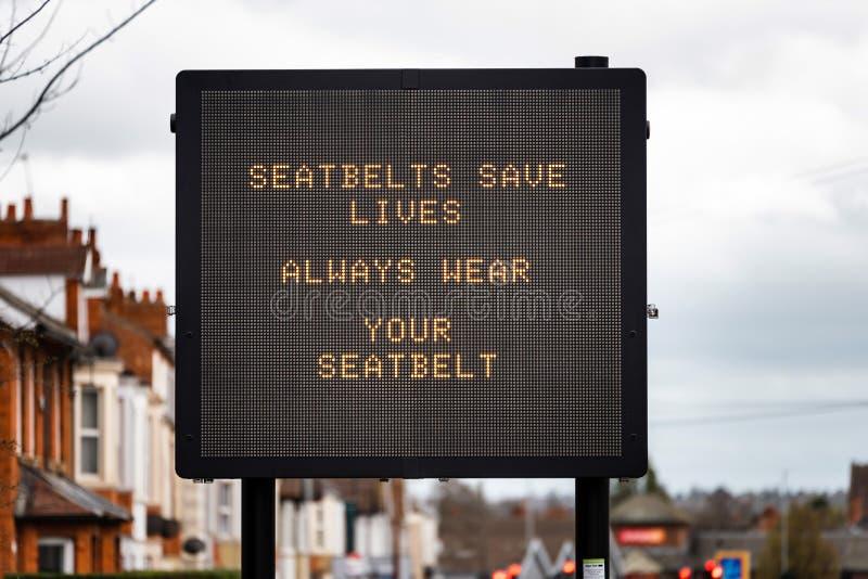 Bilbälten för meddelande för skärm för information om Digital vägtrafik sparar wera för liv alltid din bilbälte på vägen i UK royaltyfri foto