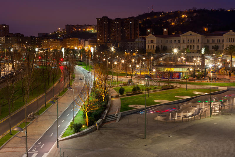 Bilbao baskiskt land, Spanien cityscape på natten arkivfoton
