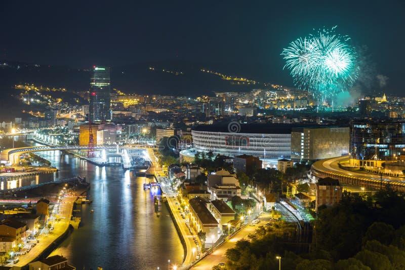 Bilbao bij nacht Vuurwerk van de jaarlijkse stadsfestiviteiten stock afbeeldingen