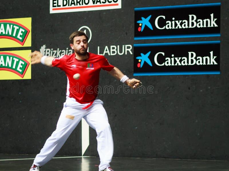 BILBAO, ESPAÑA - 9 DE ABRIL: Pablo Berasaluze en el partido anterior al partido del campeonato del balonmano de pares, celebrado  fotos de archivo libres de regalías