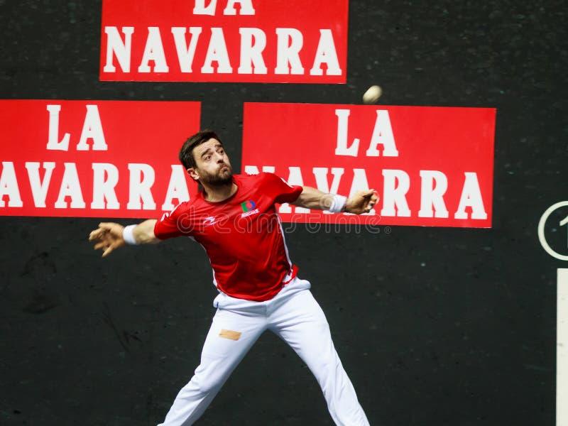 BILBAO, ESPAÑA - 9 DE ABRIL: Pablo Berasaluze en el partido anterior al partido del campeonato del balonmano de pares, celebrado  fotografía de archivo libre de regalías