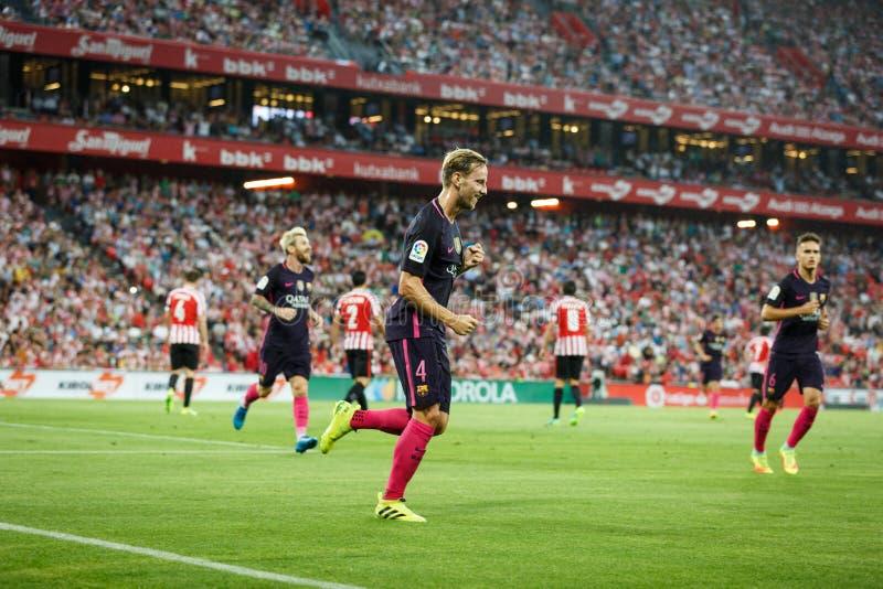 BILBAO, ESPAÑA - 28 DE AGOSTO: Ivan Rakitic y Lionel Messi que celebran una meta del FC Barcelona en el betw español del partido  imágenes de archivo libres de regalías