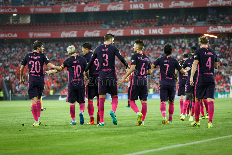 BILBAO, ESPAÑA - 28 DE AGOSTO: Leo Messi, Rakitic, piqué, Suárez, Arda, y Roberto que celebra una meta en el partido de liga espa imagenes de archivo