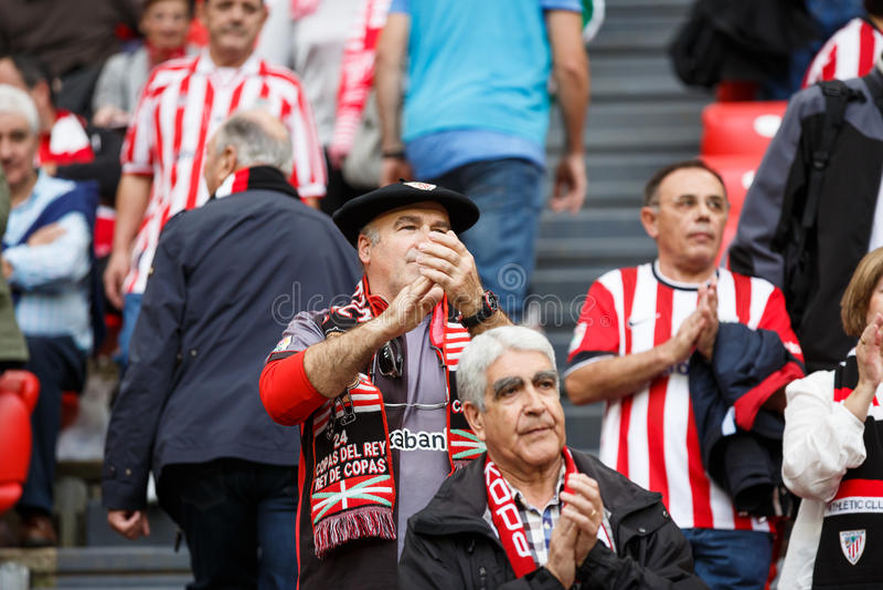 BILBAO, ESPANHA - 16 DE OUTUBRO: Fãs do clube atlético Bilbao na ação na harmonia entre Athletic Bilbao e Real Sociedad, celebra fotografia de stock