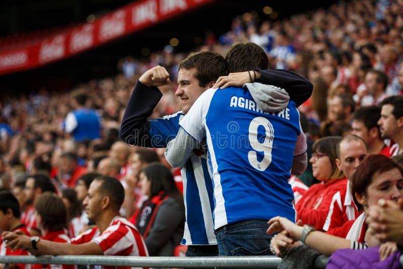 BILBAO, ESPANHA - 16 DE OUTUBRO: Real Sociedad ventila entre fãs atléticos na harmonia entre Athletic Bilbao e Real Sociedad, cel fotos de stock