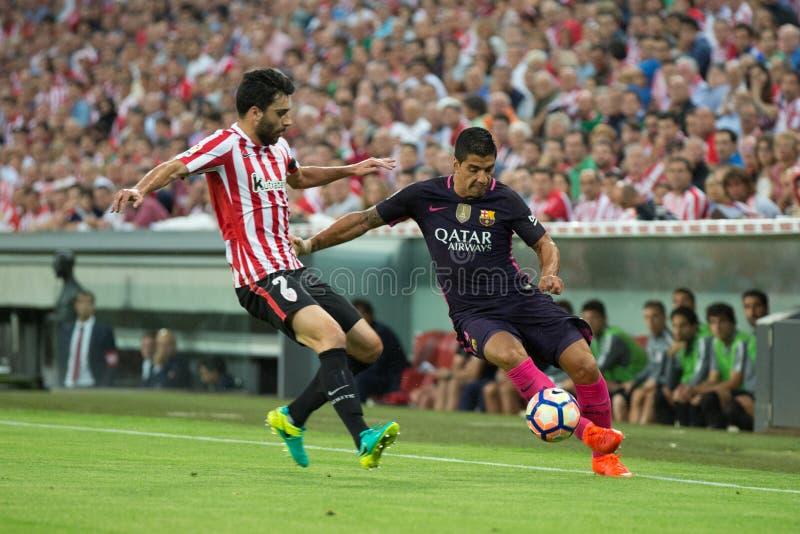 BILBAO, SPAGNA - 28 AGOSTO: Luis Suarez e Eneko Boveda nell'azione durante la partita di lega spagnola fra l'Athletic Bilbao e FC fotografia stock