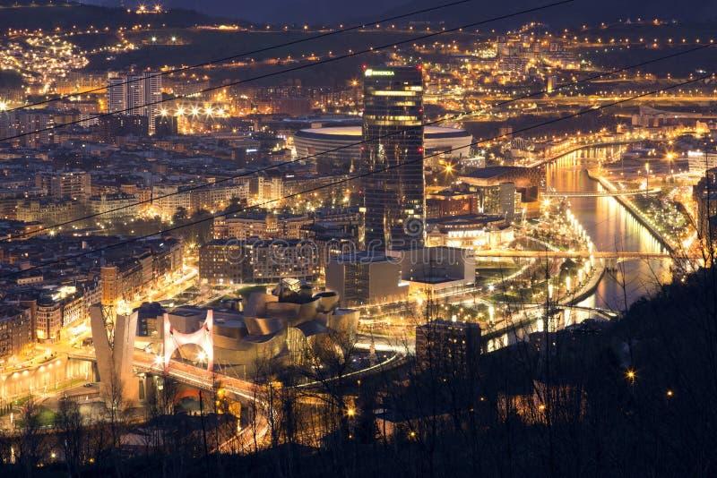 BILBAO, SPAGNA, IL 30 GENNAIO 2016: Vista della città illuminata di Bilbao fotografie stock libere da diritti