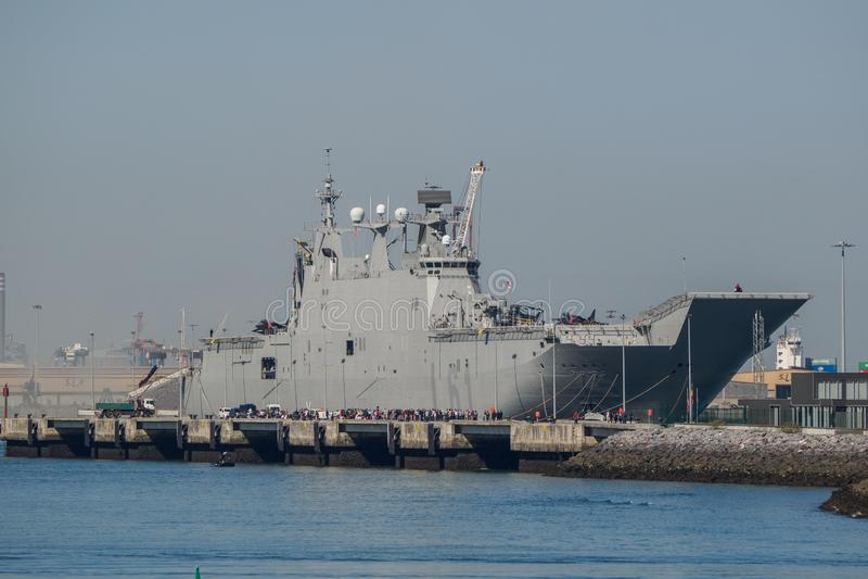 BILBAO, SPAGNA - MARZO/23/2019 I portaerei della marina spagnola Juan Carlos I nel porto di Bilbao, giornata porte aperte da visi immagini stock libere da diritti
