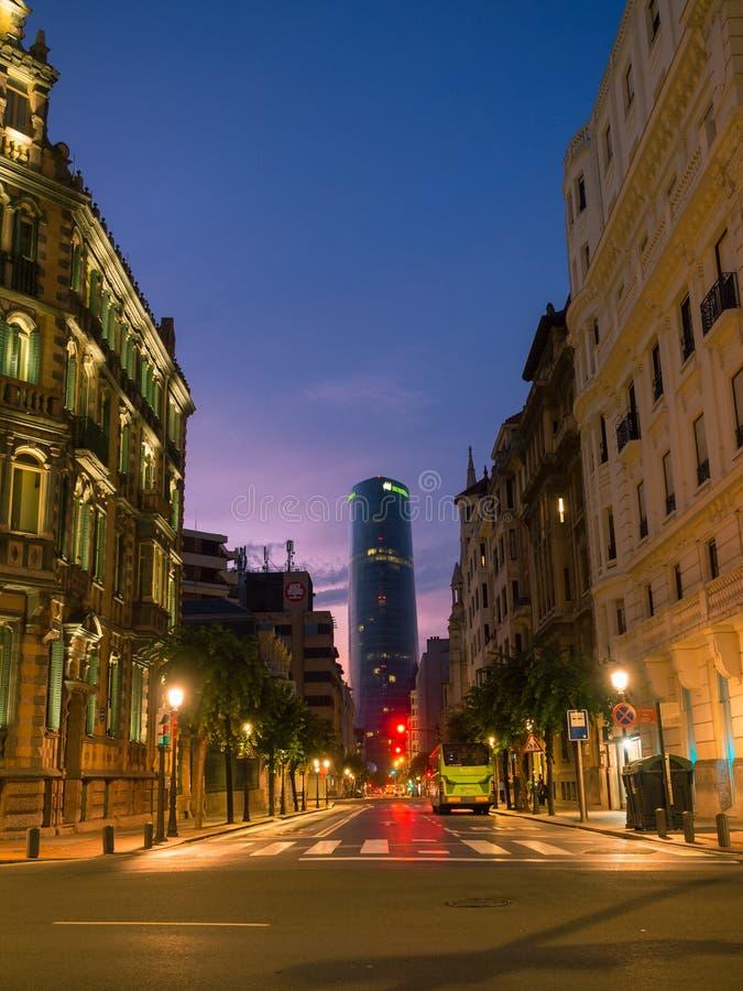 BILBAO SPANIEN - Juli 08: Iberdrola torn på solnedgången i Bilbao, Spanien på Juli 08, 2018 Det 165m tornet invigdes i 2012 och royaltyfri fotografi