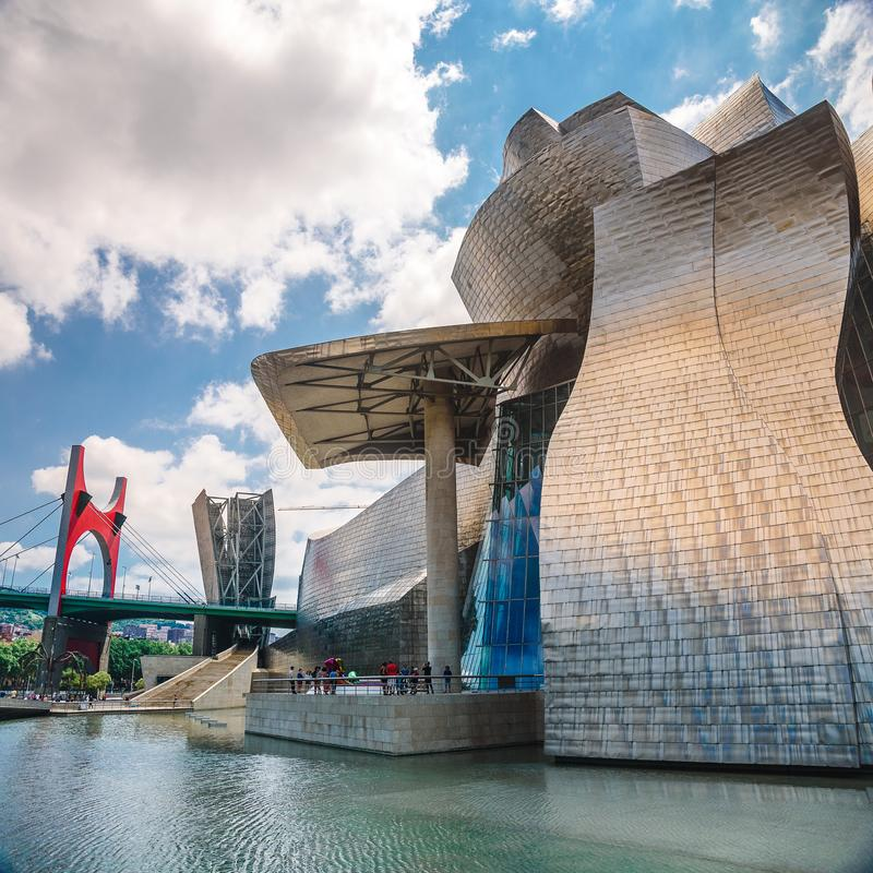 BILBAO, SPANJE het Guggenheim-Museum en de brug in Bilbao, Baskisch Land, Spanje stock afbeeldingen