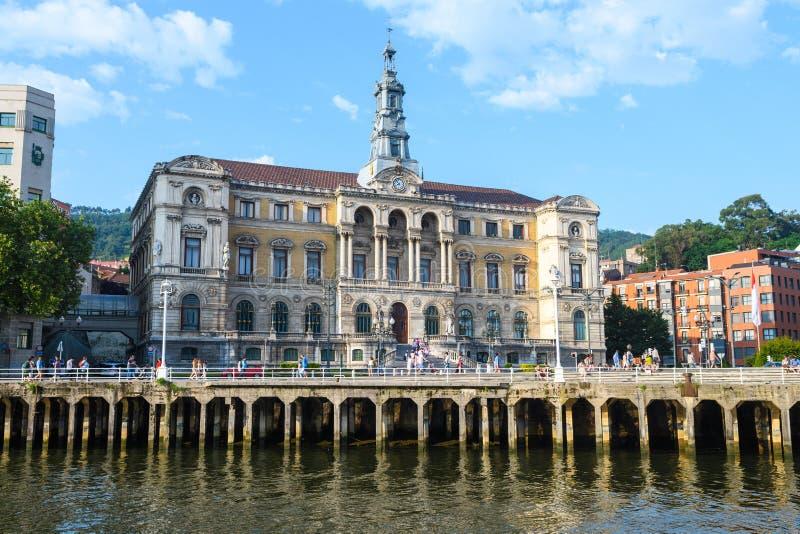 Bilbao urząd miasta przegląda, blisko do nervion rzeki, Hiszpania zdjęcie stock