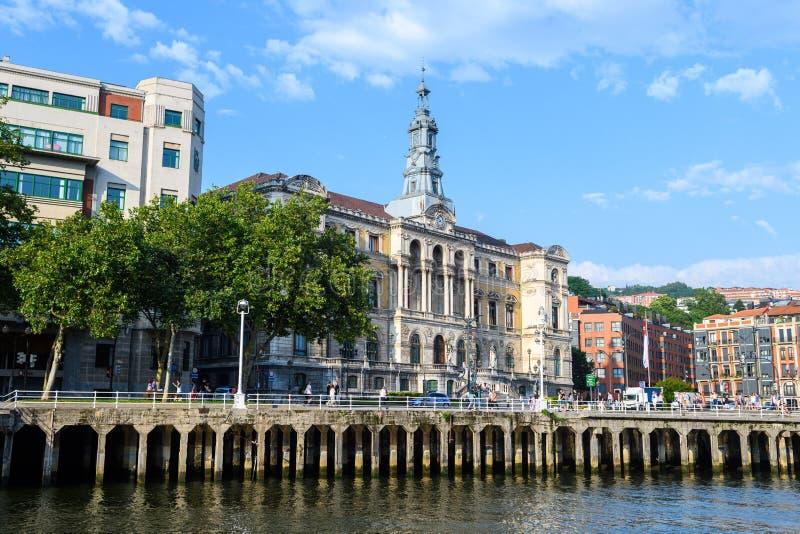 Bilbao urząd miasta przegląda, blisko do nervion rzeki, Hiszpania fotografia stock