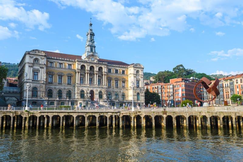 Bilbao urząd miasta przegląda, blisko do nervion rzeki, Hiszpania obraz stock