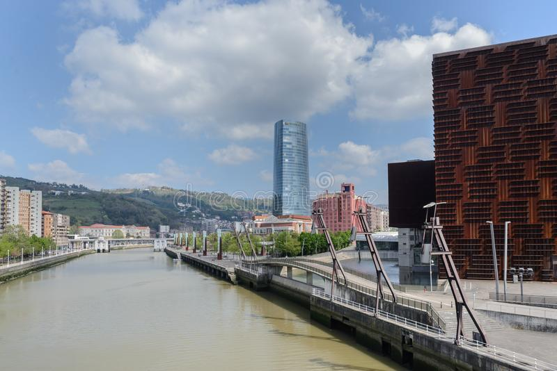 Bilbaos cityscape: Iberdrola torn i den Bilbao staden, Spanien fotografering för bildbyråer
