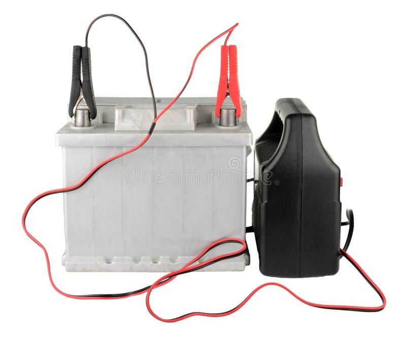 Bilbatteri med två förklädekablar som fästas ihop till terminalerna som isoleras på vit arkivfoto