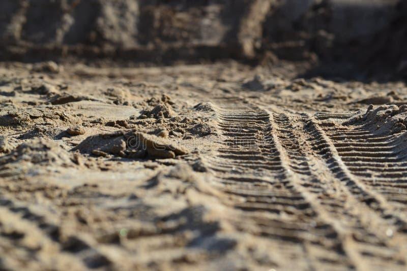 Bildäckspår i sand arkivfoton