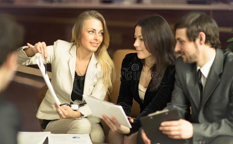 Bild av affärsfolk som lyssnar och talar till deras kollega arkivfoton