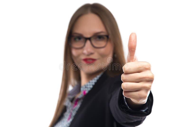 Bild av affärskvinnan i exponeringsglas som visar tummen royaltyfri fotografi