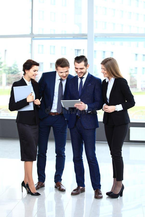 Bild av affärspartners som diskuterar dokument och idéer arkivfoton