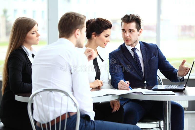 Bild av affärspartners som diskuterar dokument och idéer royaltyfri fotografi