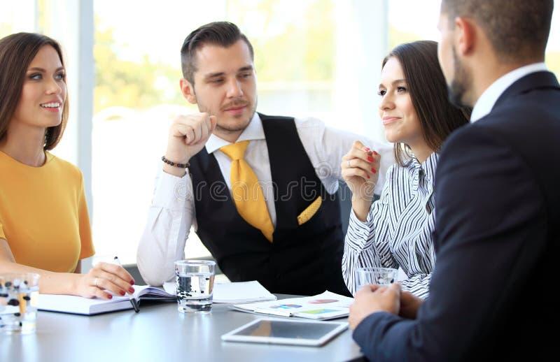 Bild av affärspartners som diskuterar dokument och idéer royaltyfria bilder