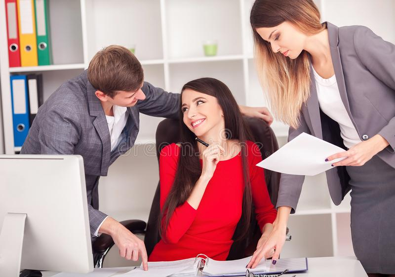 Bild av affärspartners som diskuterar dokument och idéer på meen arkivfoton