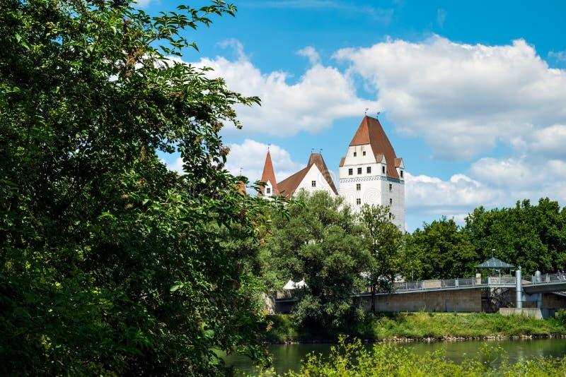 Bild av banken av Donauen med slotten i Ingolstadt arkivfoto