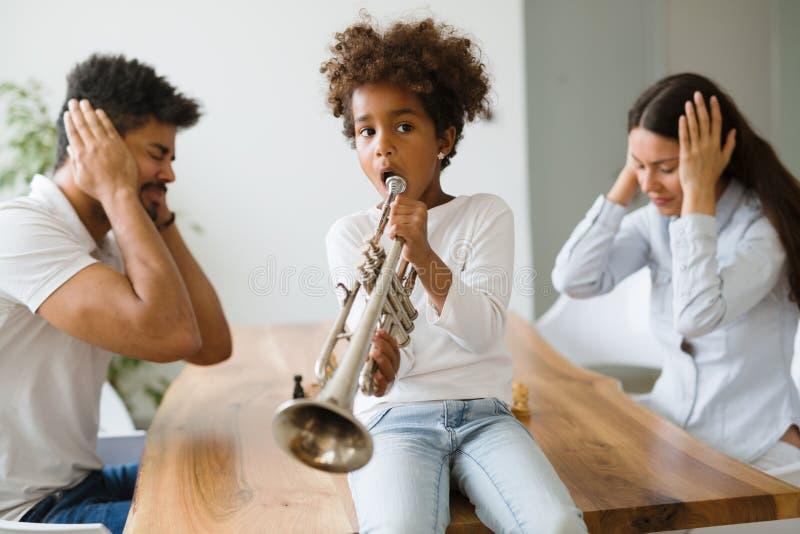 Bild av barndanandeoväsen, genom att spela trumpeten arkivfoto