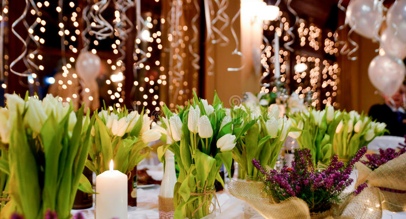 bild av blommor på en brölloptabell royaltyfria bilder