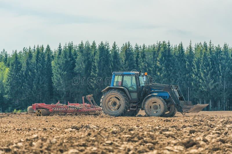 Bild av bonden som plogar stubbåkern royaltyfri bild
