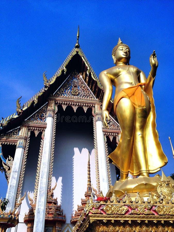 Bild av buddha och bluesky arkivbild