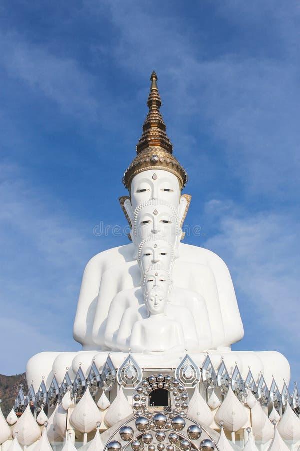 Bild av Buddha på överkanten av berget arkivbilder