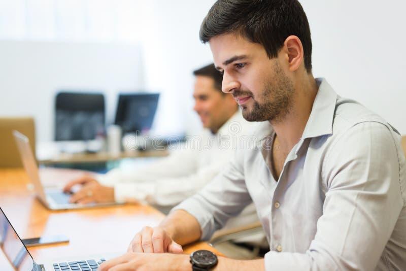 Bild av businesspeople som arbetar i modernt kontor royaltyfria bilder