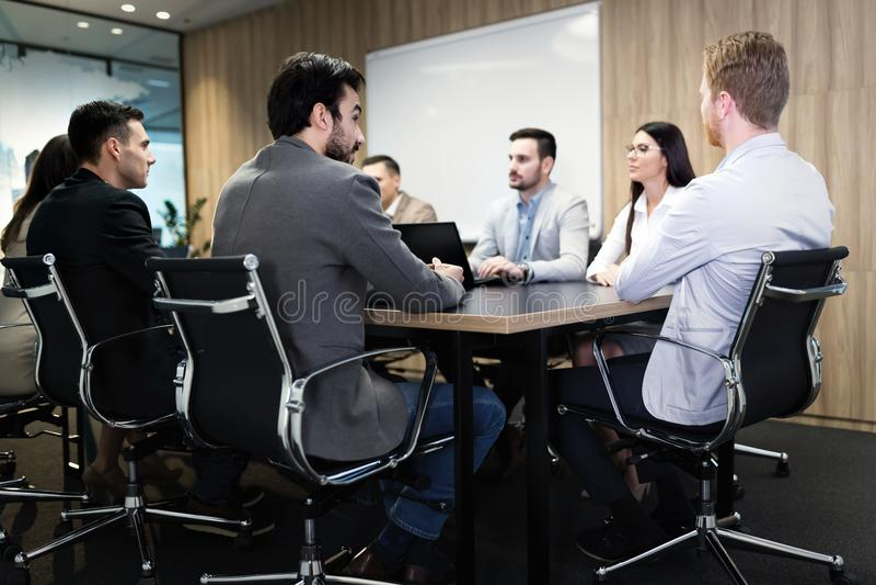 Bild av businesspeople som har möte i konferensrum royaltyfri bild