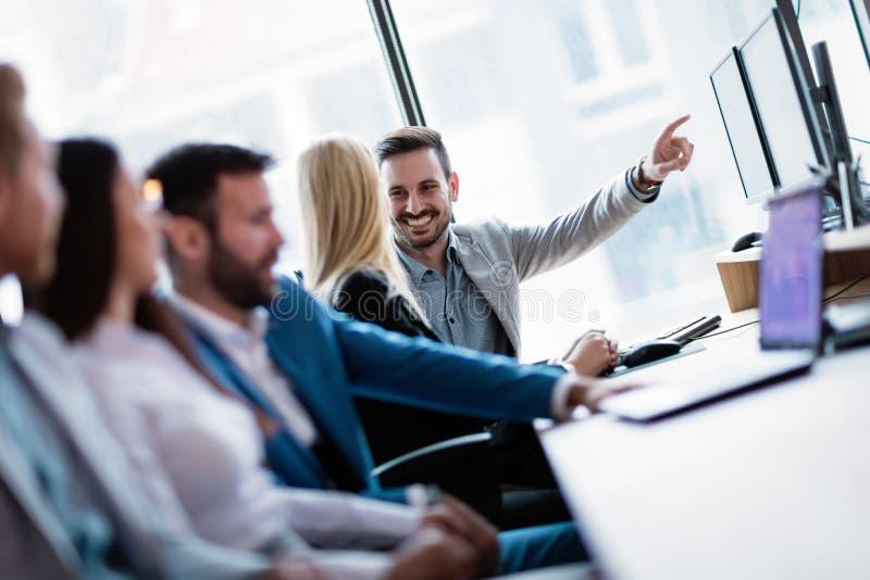 Bild av businesspeople som tillsammans arbetar på datoren arkivbild