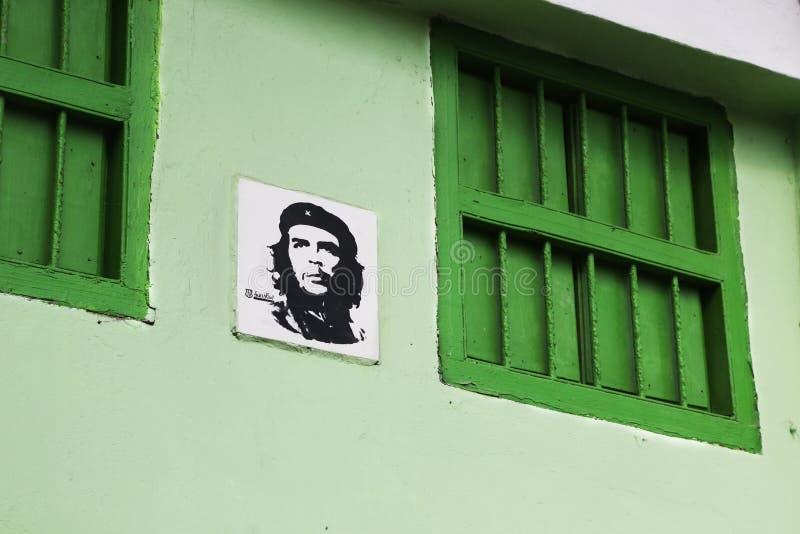Bild av Che Guevara på en byggnad av havannacigarren arkivbilder