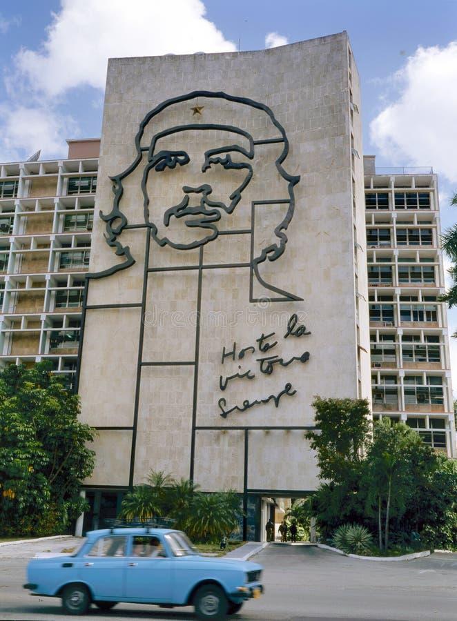 Bild av Che Guevara på regerings- byggnad arkivbilder