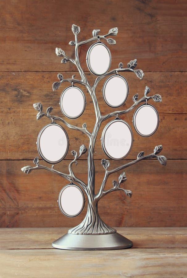 Bild av den antika klassiska ramen för tappning av stamträdet på trätabellen royaltyfri foto