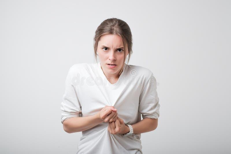 Bild av den arga missbelåtna unga caucasian tonåringen som grimacing och gör ilsken gest, medan känna sig rasande fotografering för bildbyråer