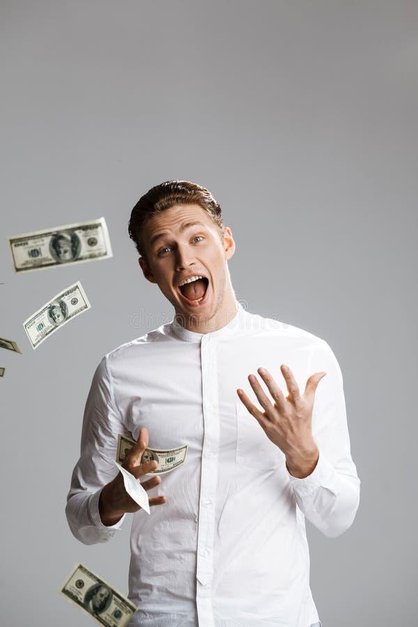 Bild av den attraktiva caucasian mannen med pengar fotografering för bildbyråer