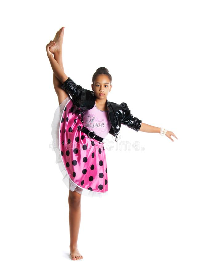 Bild av den böjliga lilla flickan som gör kluven härlig liten flickadans för lodlinje royaltyfri bild